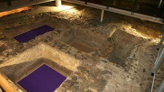 Piletas romanas de garum restauradas en el interior del Rectorado de Málaga.  Foto: JAVIER ALBIÑANA
