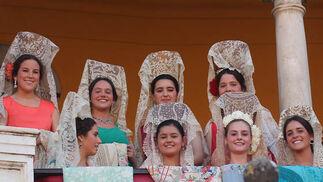 Jóvenes con mantillas blancas en el palco de invitados.  Foto: Victoria Ramírez