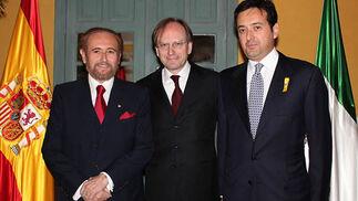 José Carlos Ruiz-Berdejo, presidente del Cuerpo Consular de Sevilla; el embajador italiano Pietro Sebastiani y Carlos Ruiz-Berdejo, nuevo cónsul honorario de Italia en Sevilla.   Foto: Victoria Ramírez