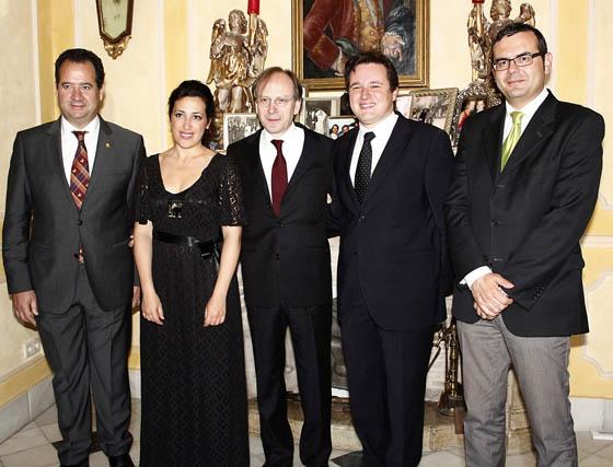 Los italianos Carlos Sufredinni, director del Hotel Alfonso XIII; la violinista María Rosario D´Abrile; el embajador italiano, el pianista Tommaso Cogato, y Giuseppe Aloisio.  Foto: Victoria Ramírez
