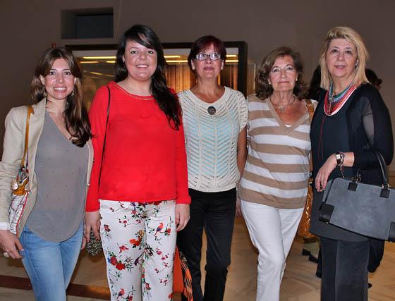 La pintora Inma Martínez, las diseñadoras Ana Morón y Carmen del Marco; Merchona Goñi, presidenta de la Asociación de Amigos de la Moda, y la diseñadora de sombreros Reyes Hellín.    Foto: Victoria Ramírez