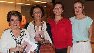 Maribel Guerra con Pilar Sánchez-Dalp y su hija Pilar Sáenz Sánchez-Dalp, clientas de Lina, y Mila Montero, diseñadora de Lina Sevilla 1960.  Foto: Victoria Ramírez