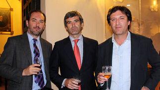 Carlos Fernández-Andrade y los hermanos Pedro y Paco Ybarra Montaño.  Foto: Victoria Ramírez