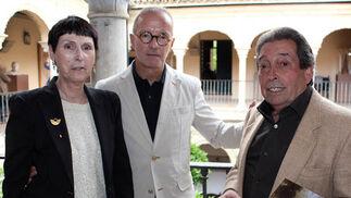 La galerista Isabel Ignacio, Enrique Acosta y Paco Cuadrado.  Foto: Victoria Ramírez