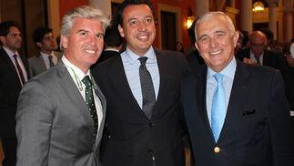 Miguel Guillén y Pablo Gómez Falcón, presidente y vicepresidente del Betis, con José Manuel Castro, secretario de la Fundación del Real Betis Balompié.  Foto: Victoria Ramírez