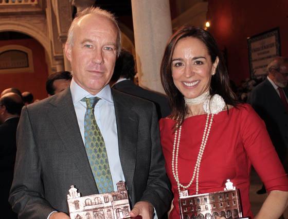Ignacio Pérez Royo (profesor) y Rosa Santos (ex directora) del Instituto de Estudios Cajasol, premiados.  Foto: Victoria Ramírez