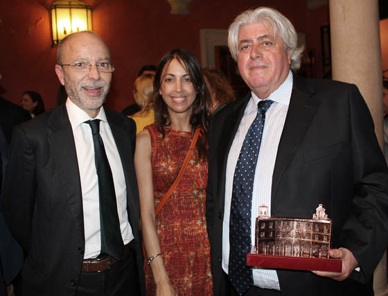 Enrique Montero (socio director) y Consuelo Rodríguez, de Montero Aramburu, con Fernando Yélamos.  Foto: Victoria Ramírez