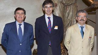 Manuel Pérez, presidente del Colegio de Farmacéuticos de Sevilla y de la Fundación Mehuer; Juan Martínez Barea, presidente del Círculo de Innovación de Andalucía, y Juan Luis Barea, tesorero del Colegio de Farmacéuticos de Sevilla.   Foto: Victoria Ramírez