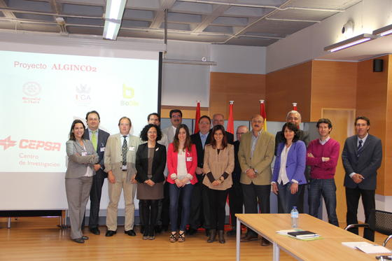 Investigadores del proyecto que desarrolla el grupo Alginco2, del que forman parte Cepsa, la Universidad de Cádiz, la empresa BioOils y los expertos de la Universidad de Huelva coordinados por el catedrático Carlos Vílchez (dcha.).