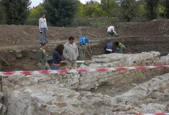 Rafael Hidalgo (en el centro), profesor de la Universidad Pablo, durante una de las campañas de excavaciones en Villa Adriana, en Roma.