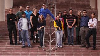 Los profesores de la Universidad de Málaga Mariano Fernández Navarro (izda.) Raquel Barco (centro con vestido negro) y a la derecha Matías Toril con ingenieros contratados para desarrollar tres proyectos en el campo de la cuarta generación de redes móviles (LTE) para Ericsson.   Foto: JAVIER ALBIÑANA