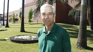 El investigador de la Universidad Pablo de Olavide Francisco Bedoya tiene un contrato con la empresa Newbiotechnic para investigar la obtención, expansión y caracterización de células troncales procedentes de tejidos adultos y embrionarios y su uso en la medicina regenerativa.
