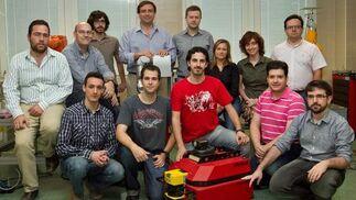 El catedrático de la Universidad de Jaén Juan Gómez (en el centro con camisa celeste) con investigadores del grupo de Robótica, Automática y Visión por Computador.