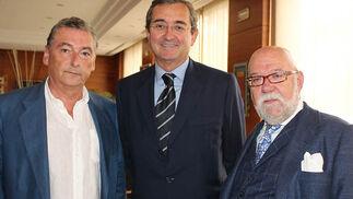 Ignacio Ayuso, director del Estudio Alminar; Antonio Fragero (Proyecto Hombre) y Rafael Pagalday.  Foto: Victoria Ramírez