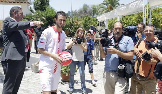 Imágenes de la presentación de Nico Pareja como jugador del Sevilla F. C. / Antonio Pizarro