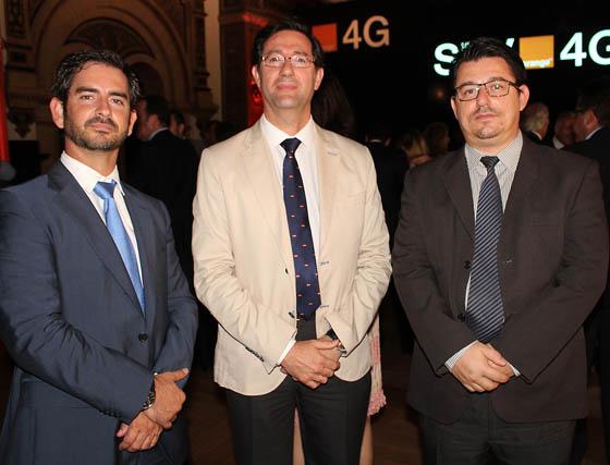 En el centro, Lorenzo Rico, director de IT de Alestis Aeroespace, con Francisco José Gallardo y Luis Miguel del Pino, de Grupo Avisa  Foto: Victoria Ramírez