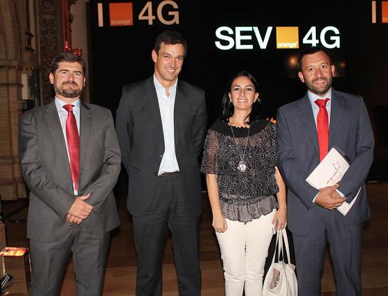 Juan Manuel Rosauro (director de Telecomunicaciones y Calidad) y Daniel Ortega (consejero delegado) de Sandetel, con Victoria Cabrera, directora de Cibersur; y Víctor Fernández, CEO de Emergia.  Foto: Victoria Ramírez