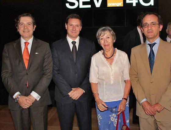 La cónsul general de Francia en Sevilla, Pierrete Elston, con Eduardo Duato (director de Red), José María Pérez (director general de Operaciones)  y Samuel Muñoz (director general de Home) de Orange España.  Foto: Victoria Ramírez