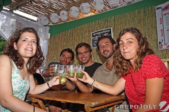 Amigos disfrutando de la velá de Triana.  Foto: Belén Vargas