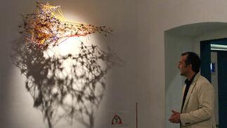 El comisario de la muestra, ante la obra de Ricardo Rojas, inspirada en el trabajo de Francisco Jesús Navarro.  Foto: Victoria Ramírez