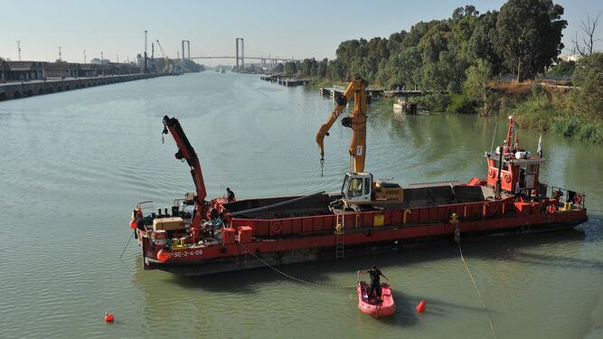 Dragado de mantenimiento en el Guadalquivir, en 2013.